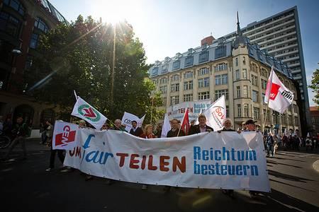 Demonstration mit Umfairteilen-Kette (Foto: Gustav Pursche / Campact)
