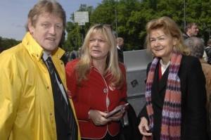 """v.l.n.r. Michael Wiedeburg, Landesvorsitzender SoVD Berlin-Brandenburg; Silvia Schmidt, Vorsitzende """"Daheim statt Heim""""; Ursula Engelen-Kefer, SoVD (Foto Herbert Schlemmer)"""