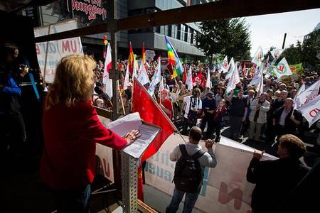 """Rede zum Auftakt der Demonstration """"Umfairteilen, Reichtum besteuern"""" (Foto: Gustav Pursche / Campact)"""