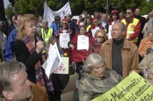 links: Ursula Engelen-Kefer als Rednerin bei der Kundgebung; davor: Ilja Seifert, Vorsitzender Berliner Behindertenverband (Foto Herbert Schlemmer)