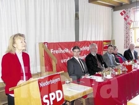 Am Rednerpult: Prof. Dr. Ursula Engelen-Kefer; am Tisch von links: Daniel Süß, SPD Kreisverbandsvorsitzender Straubing-Bogen Land, Altoberbürgermeister Reinhold Perlak, MdL;