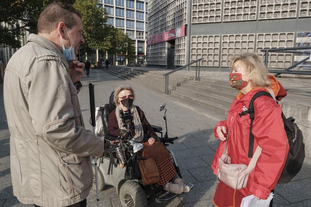 Neben mir Jürgen Friedrich, Beauftragter für Menschen mit Behinderungen ,Bezirk Charlottenburg und Ursula Lehmann, Rollstuhlaktivistin.